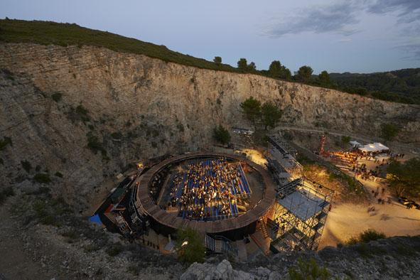 『マハーバーラタ』が上演された、アヴィニョン演劇祭メイン会場「石切場」(撮影:新良太)