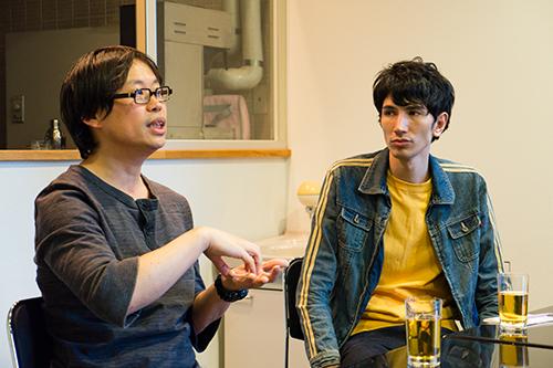 岡田利規さん(写真左)とのトークで、ホストを務める橋本清さん(写真右)